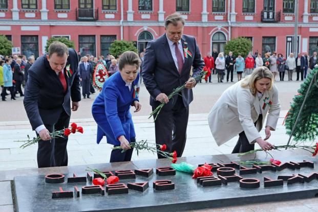 Возложение цветов и венков на площади Победы в Бобруйске (9 мая,2020)